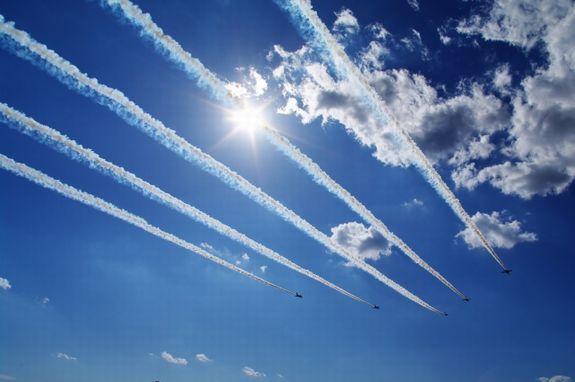 函館イベントでブルーインパルス航空ショー