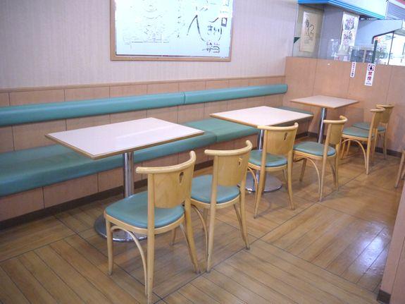 ハセガワストアのイートインスペース飲食コーナー